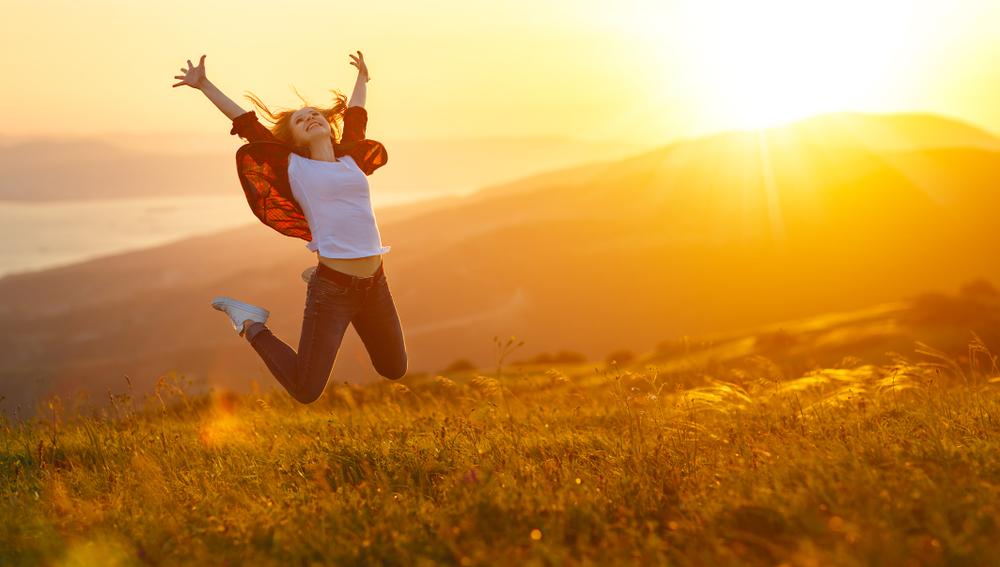 飛び上がり手足を広げて歓喜する女性