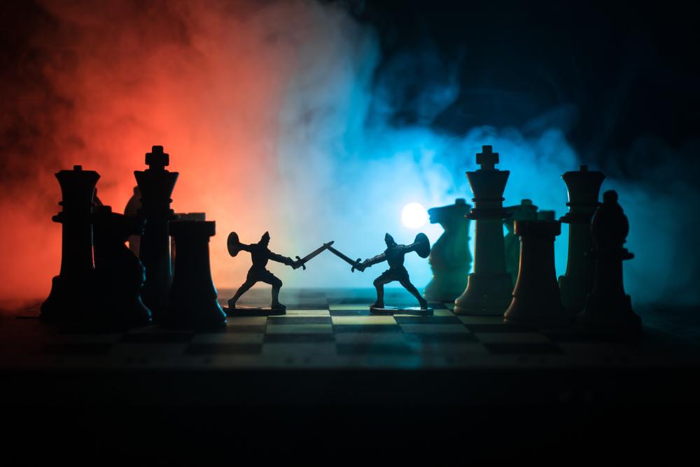 チェスの盤上で対決する兵士