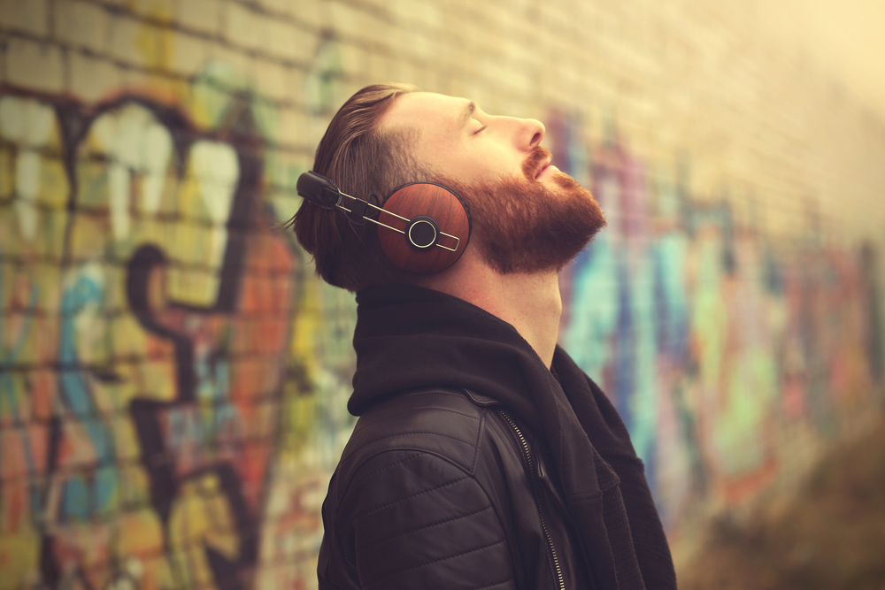 ヘッドフォンで音楽を聞く男